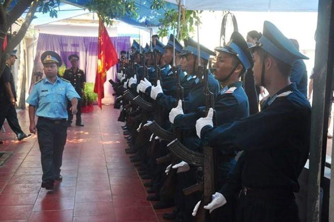Đội tiêu binh thực hiện các nghi thức đón Đại tá Khải