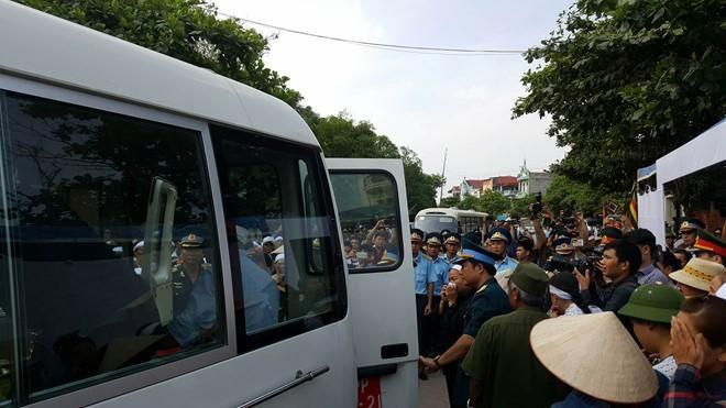 Đúng 15h50, đoàn xe chở linh cữu Đại tá Trần Quang Khải đã về tới quê hương