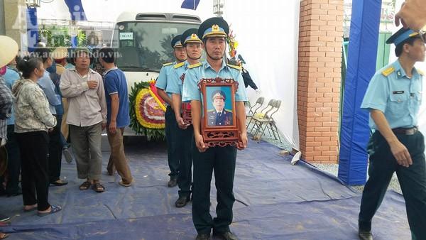 Di hài Đại tá Trần Quang Khải được di chuyển ra xe