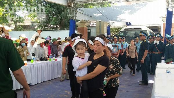 Con gái Đại tá Trần Quang Khải trong vòng tay người thân