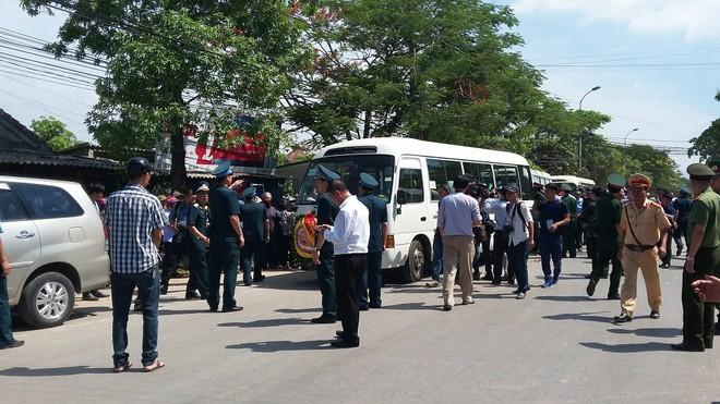 Đông đảo đồng đội và người dân đến tiễn đưa Đại tá Trần Quang Khải
