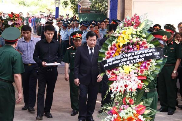Phó Thủ tướng Trịnh Đình Dũng thay mặt Chính phủ, Ủy ban Quốc gia tìm kiếm cứu nạn viếng phi công Trần Quang Khải (Ảnh: VNE)