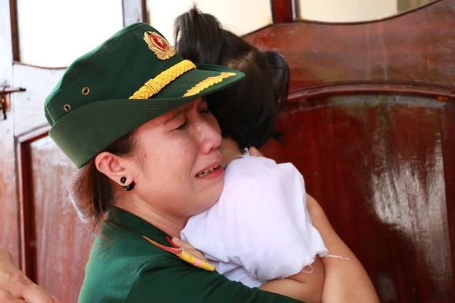 Một nữ đồng đội ôm con Đại tá Trần Quang Khải khóc thương (Ảnh: VNN)