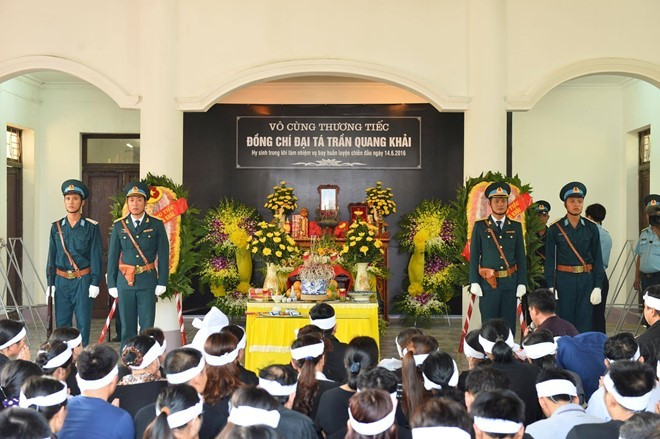 Gia đình và người thân tề tựu đông đủ trước di hài Đại tá Trần Quang Khải (Ảnh: Zing)