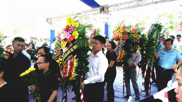 Nhiều cơ quan, tổ chức đóng trên địa bàn tỉnh Nghệ An cũng mang vòng hoa đến viếng Đại tá Trần Quang Khải