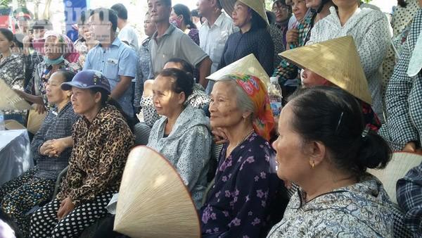 Người dân ngồi chờ vào viếng Đại tá Trần Quang Khải