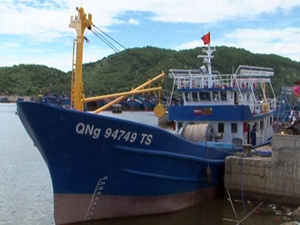 Tàu cá vỏ thép QNg 94749 TS được bàn giao cho ngư dân Trương Văn Chín