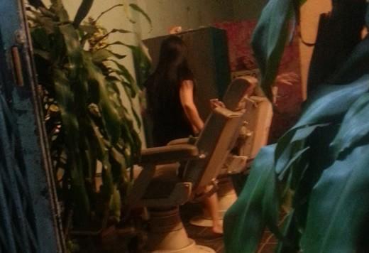 Nhân viên quán hớt tóc B.H chuẩn bị hành nghề trên chiếc ghế cũ