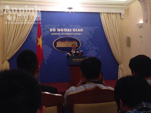 Người phát ngôn Bộ Ngoại giao Việt Nam Lê Hải Bình trả lời báo giới tại buổi họp báo thường kỳ