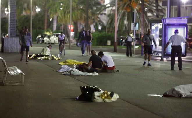 Hiện trường vụ khủng bố đẫm máu tại Nice (Pháp) hôm 14-7