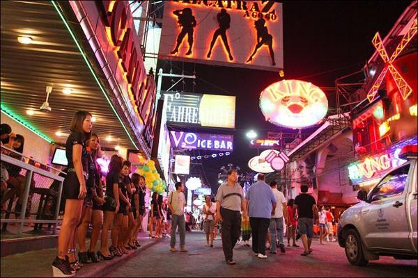 """Những hình ảnh phổ biến tại các """"phố đèn đỏ"""" mang lại tai tiếng và hệ lụy khôn lường cho du lịch Thái Lan"""