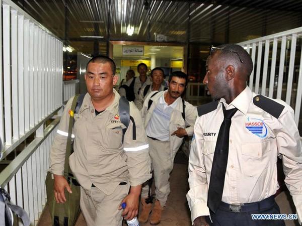 Công dân Trung Quốc rời khỏi sân bay quốc tế Khartoum