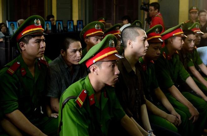 Tại phiên phúc thẩm, các bị cáo Nguyễn Hải Dương, Vũ Văn Tiến và Trần Đình Thoại được giám sát chặt chẽ (Ảnh: VNE)