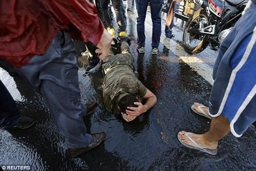 Nhiều người dân Thổ Nhĩ Kỳ đã xuống đường, tấn công lực lượng đảo chính... (Ảnh: Reuters)
