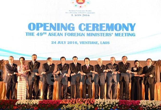 Phó Thủ tướng, Bộ trưởng Ngoại giao Việt Nam Phạm Bình Minh (thứ 5, trái) chụp ảnh chung với các Bộ trưởng ASEAN tại hội nghị. (Nguồn: THX/TTXVN)