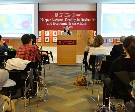 Kimberly Kay Hoang chia sẻ những kết quả nghiên cứu với sinh viên tại ĐH Chicago. Ảnh: uchicago