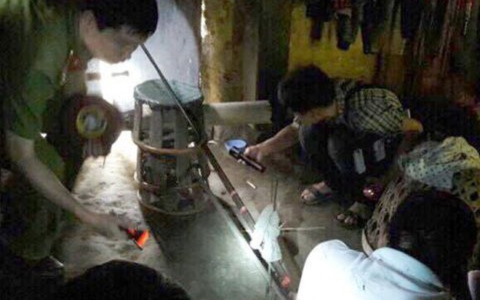 Khẩu súng kíp được Lở gài ở cửa với mưu đồ sát hại nốt người nhà nạn nhân trong vụ thảm sát 4 người ở Lào Cai (Ảnh: Công an Lào Cai)