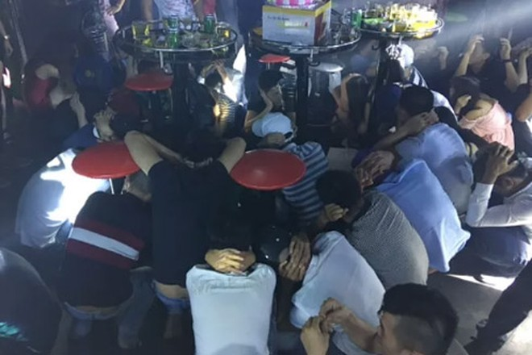 """""""Đột kích"""" quán bar Diamond, bắt quả tang hàng trăm thanh niên quay cuồng trong tiếng nhạc chát chúa"""