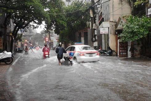 Mưa bão khiến nhiều tuyến đường ở Hà Nội bị úng ngập (Ảnh: TTXVN)