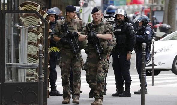 Lực lượng cảnh sát Pháp càn quét khủng bố tại Paris (Ảnh: Getty)