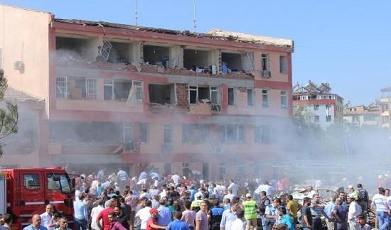 Hiện trường vụ đánh bom ở đồn cảnh sát hôm 18-8