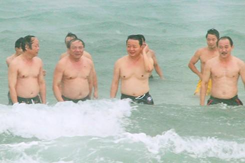 Bộ trưởng Tài nguyên và Môi trường Trần Hồng Hà (giữa) cùng thứ trưởng Võ Tuấn Nhân (đầu tiên bên trái) tắm biển Cửa Việt