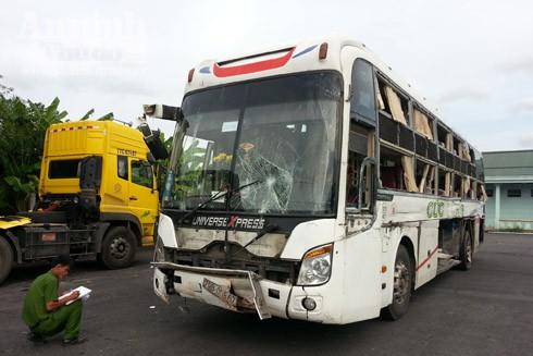 Chiếc xe khách hư hỏng nặng sau vụ tai nạn
