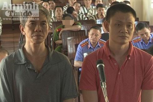 Hai bị cáo Trần Anh Phương và Phan Văn Hùng đứng trước vành móng ngựa