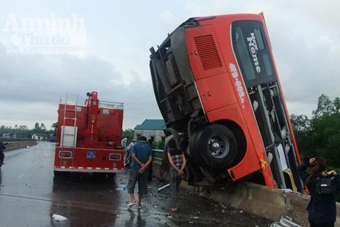 Lực lượng cứu hộ cứu nạn khẩn trương cứu người bị mắc kẹt trong xe