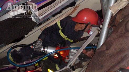 Cảnh sát PCCC cùng công cụ chuyên dụng cưa sắt cứu nạn nhân bị kẹt trong xe