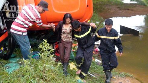 Sau 2 giờ nạn nhân cuối cùng bị mắc kẹt trên chiếc ô tô khách được lực lượng cứu hộ đưa ra an toàn