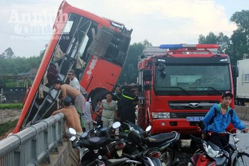 Vụ tai nạn khiến 1 người chết và 10 người khác bị thương