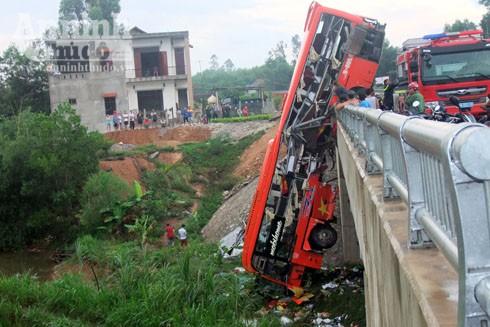 Chiếc xe khách treo lơ lửng trên thành cầu sau khi xảy ra TNGT