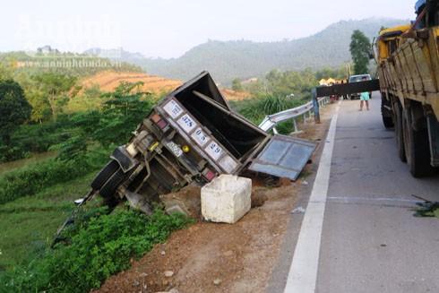 Chiếc xe tải nằm bên vệ đường sau cú va chạm mạnh