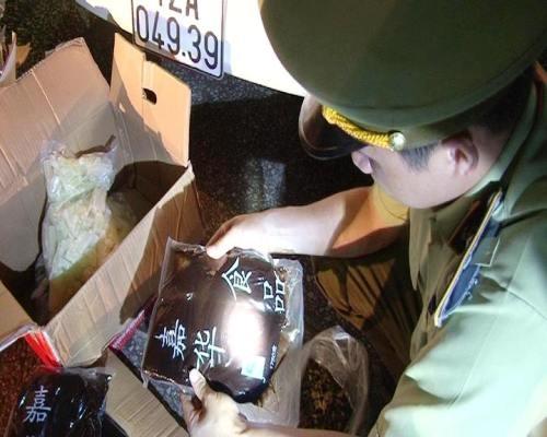 Lực lượng chức năng tỉnh Lạng Sơn kiểm đếm số lượng nhân bánh Trung thu do Trung Quốc sản xuất được nhập lậu vào thị trường Lạng Sơn (Ảnh: C.A)