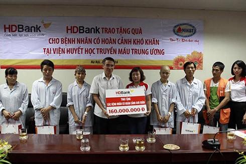 HDBank tặng 200 triệu đồng cho bệnh nhân có hoàn cảnh khó khăn