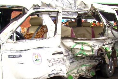 Chiếc xe khách 16 chỗ hư hỏng nặng sau vụ tai nạn