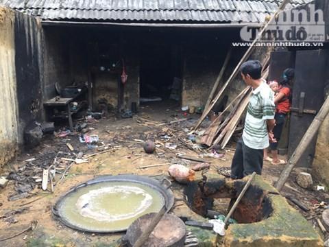 Căn nhà của anh Tẩn Ông Nải bị bỏ hoang gần 1 tháng, kể từ khi xảy ra vụ thảm sát, đã trở nên hoang phế đến lạnh người