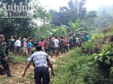 Lực lượng chức năng dẫn giải Tẩn Láo Lở quay về nơi đối tượng lẩn trốn suốt 1 tháng qua