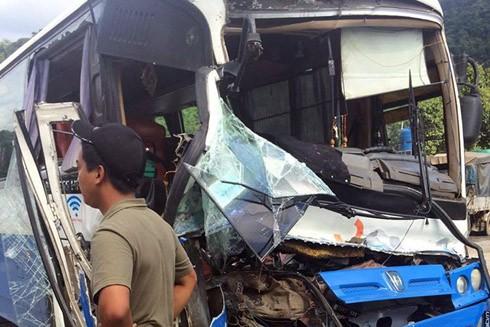Chiếc xe khách bị mất phanh trên đèo Bảo Lộc (Ảnh: Hoàng Lâm)