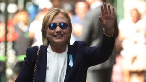Bà Hillary Clinton vẫy tay chào phóng viên khi rời nhà con gái vào hôm 11-9