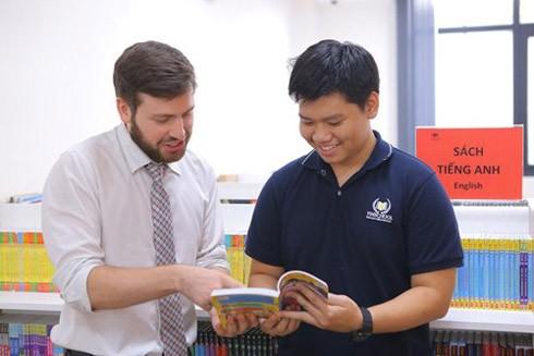 Phạm Long Vũ (phải), học sinh lớp 12 trường Vinschool mới đây vừa đạt 8.0 IELTS