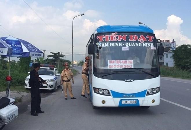 Lực lượng Công an lập chốt kiểm tra các phương tiện, truy tìm nghi can