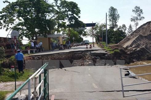 Hiện trường vụ sạt lở nghiêm trọng tại cầu phao sông Hóa