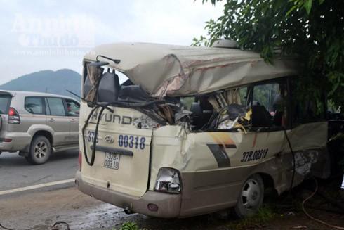 Chiếc xe khách hư hỏng, méo mó sau cú va chạm mạnh