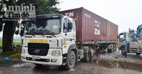 Xe container bị móp phần thân sau khi bị xe khách văng vào