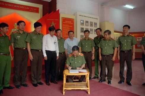 Bộ trưởng Tô Lâm thăm và viết Sổ vàng Nhà truyền thống Công an tỉnh Lai Châu