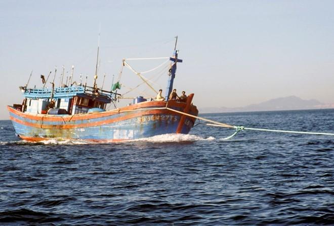 Một tàu cá được lai dắt vào bờ sau khi bị nạn trên biển. Ảnh: An Bình