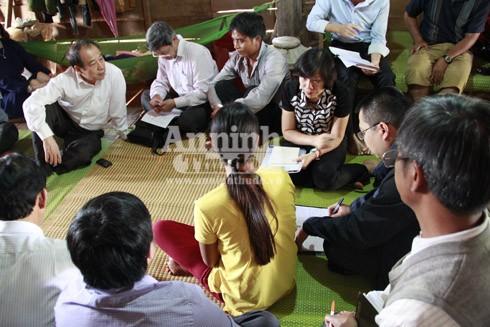 Chị Thanh (áo vàng) trong buổi làm việc với đoàn công tác của Bộ Y tế