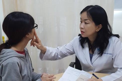 ThS - BS Lê Thái Vân Thanh đang khám cho một nữ bệnh nhân